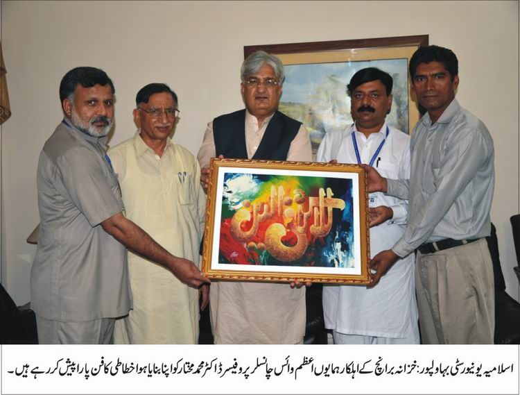 Honorable Vice Chancellor admires art work of a university employee